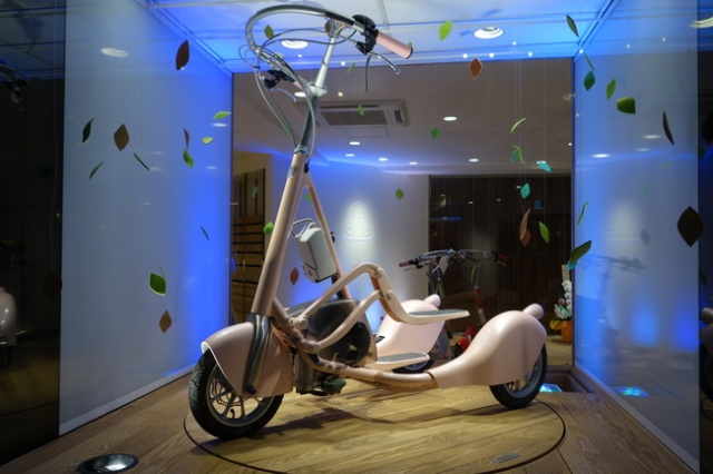 """We test the new """"walking bicycle"""", find out how it feels to walk and cycle at the same time"""