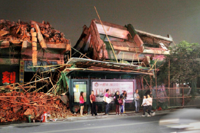 Chinese bus stop alleviates the boredom of waiting by threatening to crush everyone under it