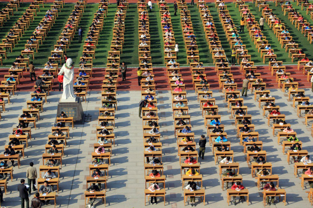 Eyes on your own paper! 1,200 Chinese students take test outdoors to prevent cheating 【Photos】