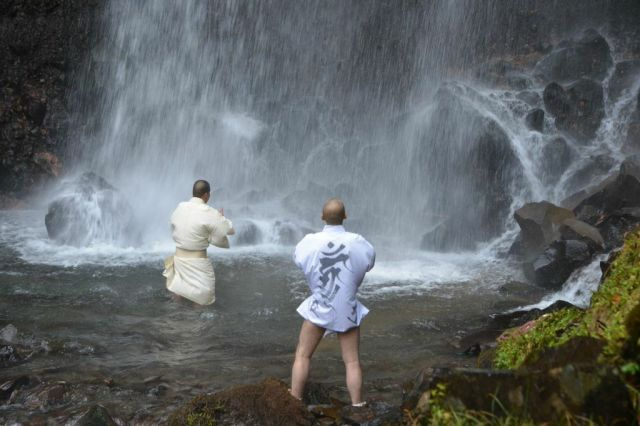 Mountain monks meditate in ice-cold waterfalls, are completely badass【Video】