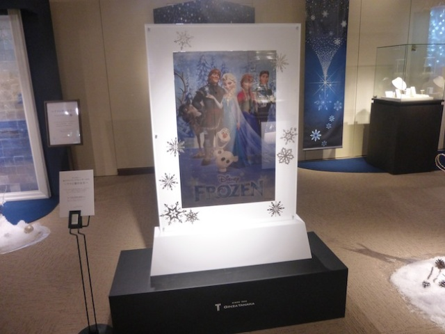 Anna and Elsa shine like never before – as million dollar platinum calendars and Christmas trees!