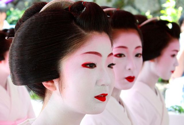 Japanese beauty trends of the 20th & 21st centuries, and predicting future fashions