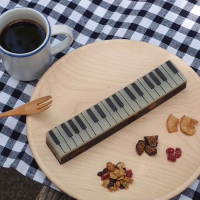 Get into the groove with this beautiful Japanese confection that looks like a piano keyboard!