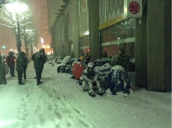 Photos of people lining up outside of the Sapporo Apple Store make us feel positively frozen