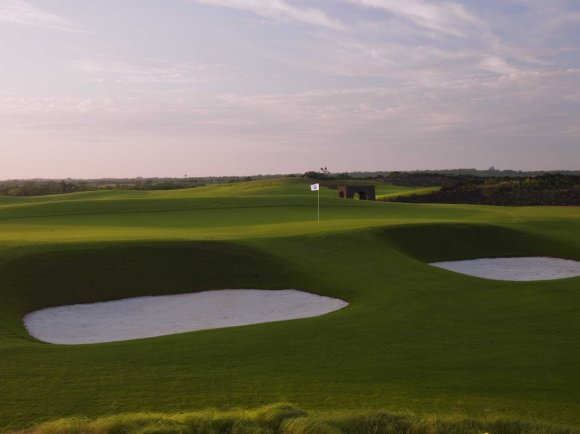 the-meadow-links-course-was-based-on-traditional-us-courses-with-church-pew-bunkers-and-native-grasses