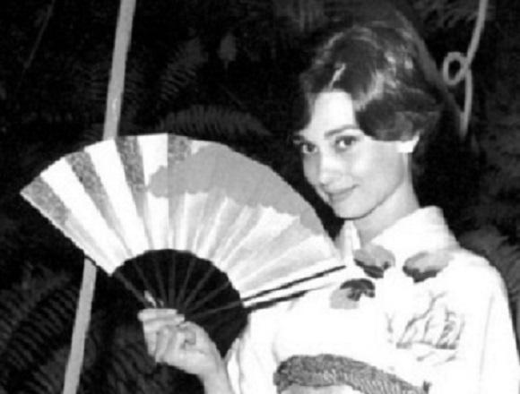 Radiant photos of Audrey Hepburn, legendary singer wearing kimono surface online