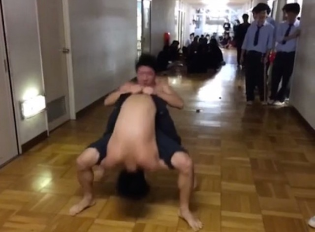 """No rolling in the corridors!"" Japanese high-schoolers' acrobatic way of getting to class【Video】"
