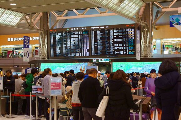 The_crowded_departure_lobby_of_Tokyo-Narita_Airport_Terminal_2