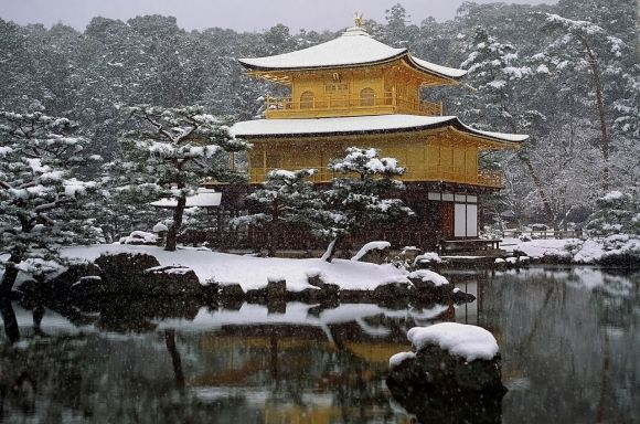 1280px-Kinkaku_Snow_E4