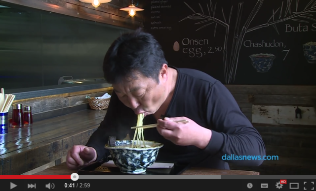 Chef and restaurant owner shows how to eat a bowl of ramen like a pro 【Video】