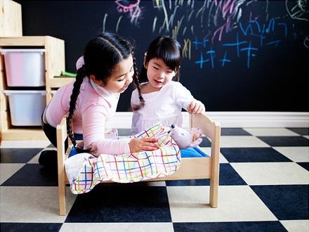 duktig-doll-s-bed-with-bedlinen-set-assorted-colours__0168106_PE223264_S4