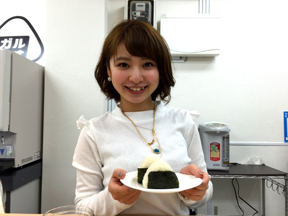 "Pay to have a cute girl squeeze your rice balls at ""Galmusu"", Akihabara's onigiri idol cafe!"