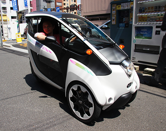 We take the Toyota i-Road electric vehicle out for a spin, find out it's awesome 【Video】