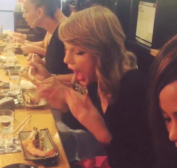 Taylor Swift arrives in Tokyo, gets mobbed by fans, burned by hot shrimp 【Video】