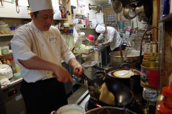 Professional Chinese food chef teaches us how to make the perfect fried rice