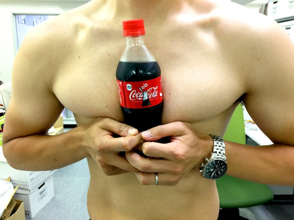 "Our Japanese writer tries the ""hold a coke with your boobs"" challenge"