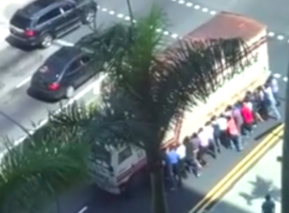 Video shows strangers in Singapore rally to lift truck, rescue man from underneath 【Video】
