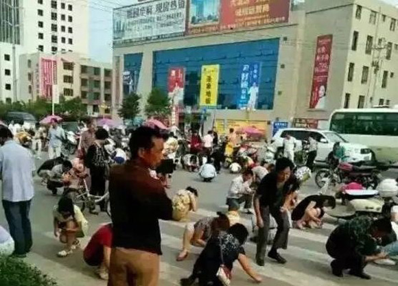 Road shut down in China by hundreds of people who mistakenly thought they were picking up gold dust