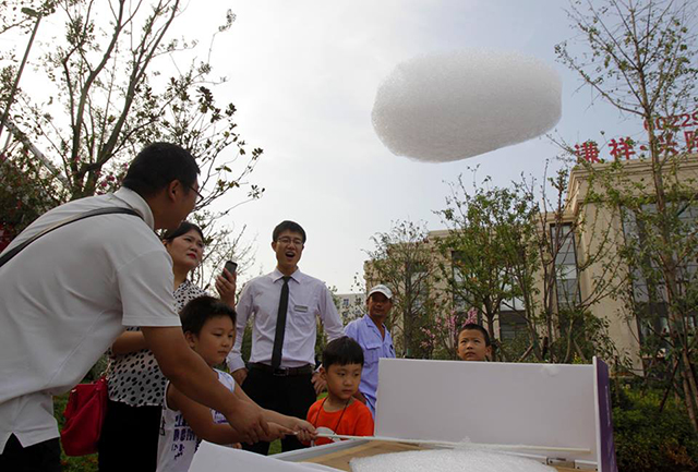 Man in China sells fake clouds, makes pretty good money doing so
