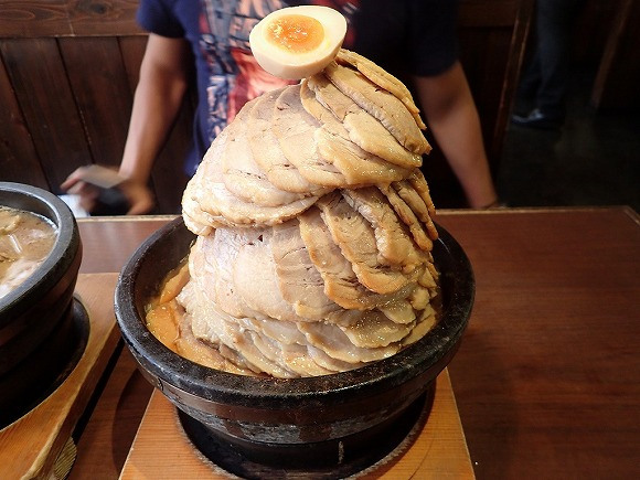 This is what ramen with 100 slices of chashu roast pork looks like