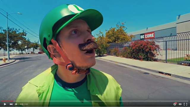 Luigi hits the streets on a longboard, tries to best Mario again【Video】