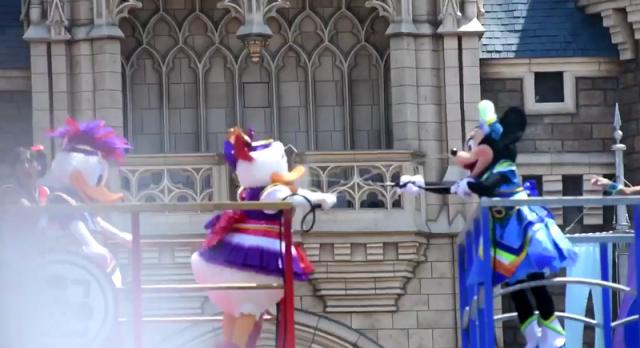 Things get heated when Minnie sprays Daisy's beau at DisneySea【Video】