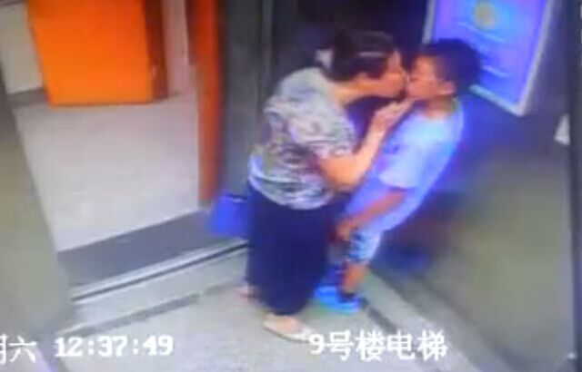 Boy sends granny packing as she attempts to steal a kiss 【Video】