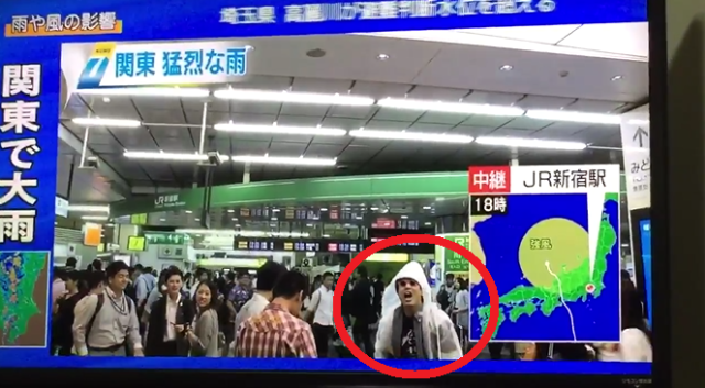 Crazy crooner crashes Tokyo typhoon report with his passionate ballad and guitar-playing 【Video】