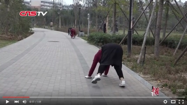 Group of exercisers in China are loving it on all fours, doctor approves (Video)