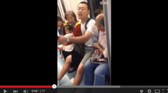 Man flips out on train after being confronted for his rude behavior【Video】