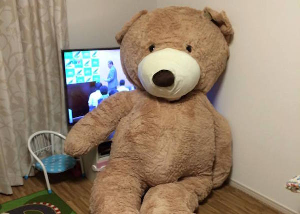 Need a gift to ensure your friends never forget you? How about a ridiculously huge teddy bear!