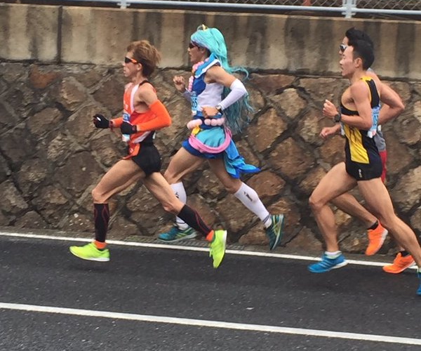 Athletic otaku runs marathon in impressive time while cosplaying as anime magical girl 【Photos】