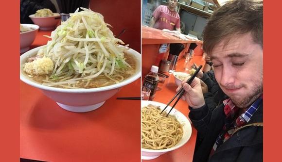 American reporter visits Ramen Jiro for super salty ramen, Japan's netizens love his reaction