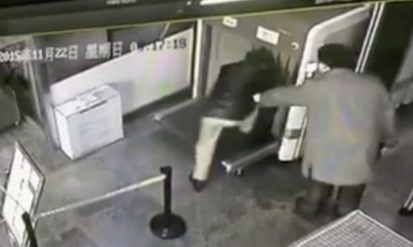 Unseasoned traveler hops into x-ray machine with luggage during airport security check【Video】