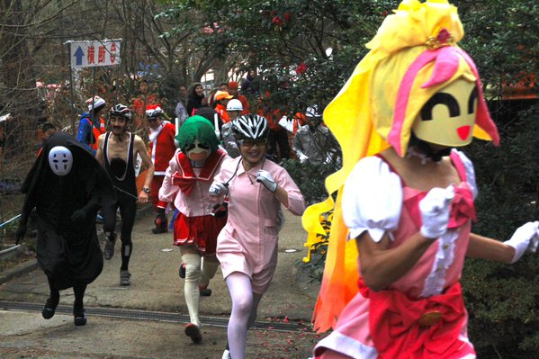Photos of costumed cyclists at start of race leave Twitter users laughing, scratching their heads