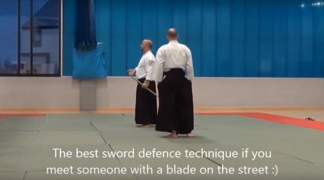 Being attacked by a sword-wielding maniac? This martial artist has perfect defense!【Video】