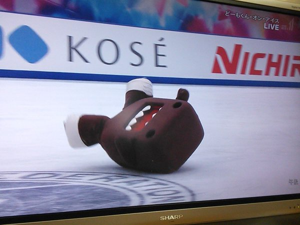 Fail News: Popular Japanese mascot falls during ice-skating routine, can't get up【Video】