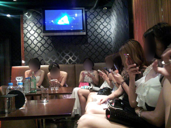 Japanese hostess club women share the top five unattractive things guys do all the time