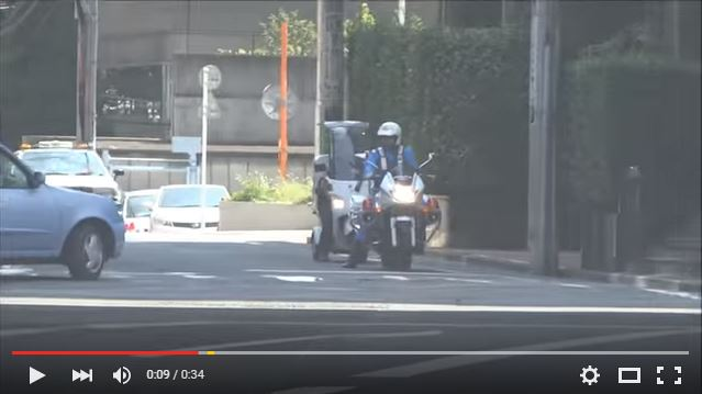 "Motorcycle cop caught on video applauded for doing his job by ""not doing his job""【Video】"
