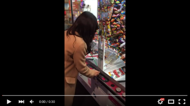 Stingy Japanese arcade keeps schoolgirl from one of the greatest UFO catcher hauls ever 【Video】