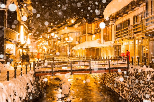 Snow falling at Ginzan Hot Spring has Twitter in awe with its otherworldly beauty 【Photos】