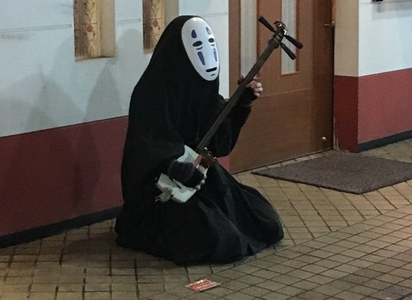 No-Face has apparently moved to Aomori and taken up playing tsugaru-jamisen on the street