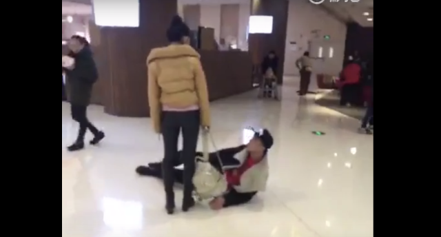 Young Chinese man placates angry girlfriend by cleverly rolling on the ground【Video】