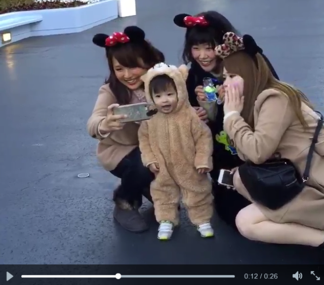 Adorable cosplaying one-year-old steals the spotlight at Tokyo Disneyland 【Video】