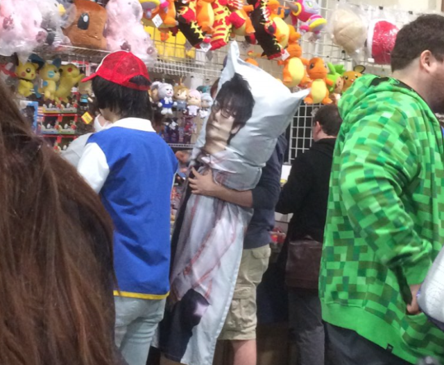 Hideo Kojima huggy pillows keep showing up at American anime and game conventions 【Photos】