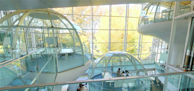 """University library in Tokyo may be world's coolest with its """"floating"""" meeting rooms【Pics】"""