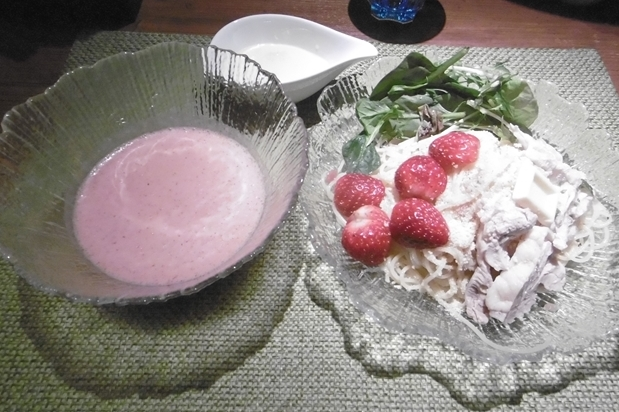 Ramen with strawberry sauce and white chocolate in Tokyo? Oh, yes, please! 【Taste test】