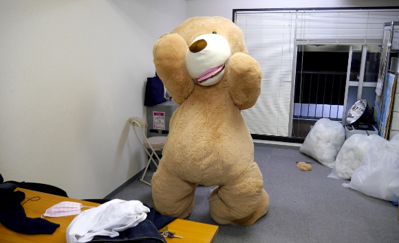 Be the bear: We skin our eight-foot-tall teddy bear and climb inside【Pics & Video】