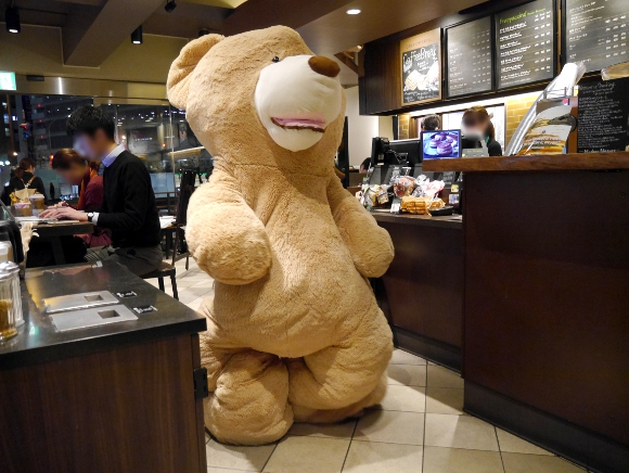 What happens when you walk into a Tokyo Starbucks dressed as a giant teddy bear? 【Video】