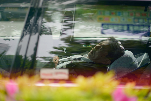 Napping taxi drivers in Tokyo become the subject of UK photographer's work【Photos】